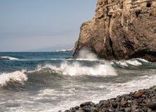 As ondas bonitas rolam à praia com vistas à costa fotografia de stock royalty free