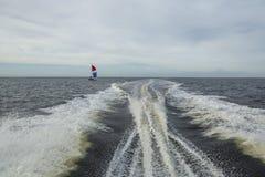 As ondas criadas atrás dos barcos a motor Fotos de Stock