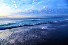 As ondas da ilha com a reflexão do nascer do sol trazem uma impressão colorida a Boca Raton Beach Imagens de Stock