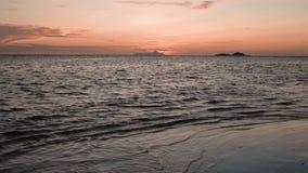 As ondas da opinião do por do sol quebram na praia tropical da ilha Ondas do mar na ilha bonita Seychelles filme