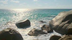 As ondas da vista quebram na praia da ilha no por do sol Ondas do mar na ilha bonita 4k 60 praia de Anse Lazio de 59,94 fps, ilha vídeos de arquivo