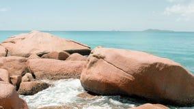 As ondas da vista quebram na praia da ilha no por do sol Ondas do mar na ilha bonita 4k 60 praia de Anse Lazio de 59,94 fps, ilha filme