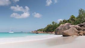 As ondas da vista quebram na praia da ilha no por do sol Ondas do mar na praia bonita do zangão 4k Anse Lazio da opinião aérea da video estoque