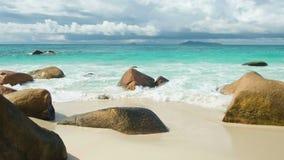 As ondas da vista quebram na praia tropical da ilha Ondas do mar na ilha bonita Praia de Anse Lazio, ilha de Praslin, Seychelles vídeos de arquivo