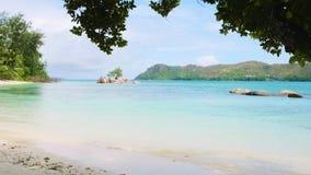 As ondas da vista quebram na praia tropical da ilha Ondas do mar na ilha bonita Seychelles video estoque