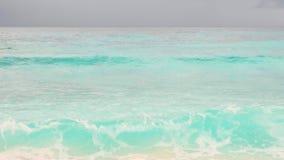 As ondas da vista quebram na praia tropical da ilha Ondas do mar na ilha bonita Seychelles vídeos de arquivo
