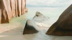 As ondas da vista quebram na praia tropical da ilha Ondas do mar na ilha bonita Seychelles, som estéreo video estoque