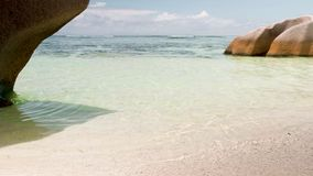 As ondas da vista quebram na praia tropical da ilha Ondas do mar na ilha bonita Seychelles, som estéreo filme
