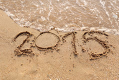 As ondas das praias e text 2015 tirado na areia Imagens de Stock
