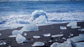 As ondas de oceano lavaram iceberg Problema do aquecimento global vídeos de arquivo