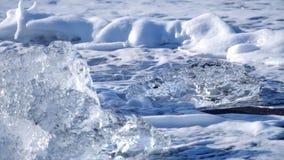 As ondas de oceano lavaram iceberg Problema do aquecimento global video estoque