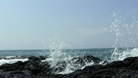 As ondas de oceano na rocha preta da lava suportam Kona Havaí filme