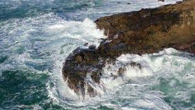 As ondas de Oceano Pacífico deixam de funcionar em rochas em Califórnia do norte filme