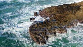As ondas de Oceano Pacífico lavam em rochas em Califórnia do norte filme