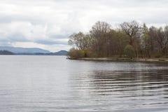As ondas deixadas por um barco a motor na água de Loch Lomond surgem Fotografia de Stock