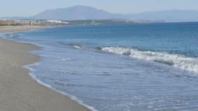 As ondas do mar Mediterrâneo são lavadas pela costa arenosa perto do estreito de Gibraltar video estoque