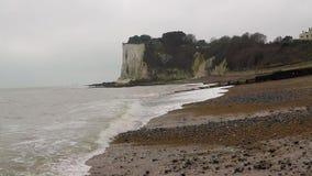 As ondas do mar são roladas rapidamente na costa contra as rochas brancas de Dôvar video estoque