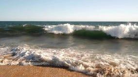 As ondas do verão quebram em uma praia morna de Califórnia vídeos de arquivo