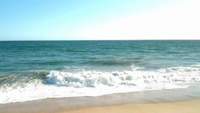 As ondas do verão quebram em uma praia morna de Califórnia filme