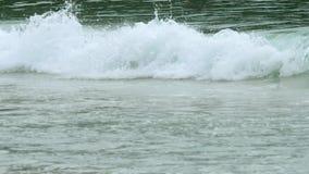 As ondas dos azuis celestes rolaram a costa de Nai Harn Beach video estoque