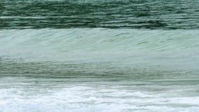 As ondas dos azuis celestes rolaram a costa de Nai Harn Beach vídeos de arquivo