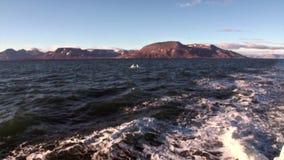 As ondas e a água arrastam a trilha do navio no oceano ártico em Svalbard Spitsbergen vídeos de arquivo