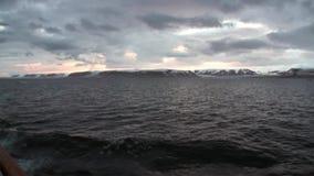 As ondas e a opinião de superfície da água da curva enviam no oceano ártico em Svalbard vídeos de arquivo