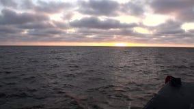 As ondas e a opinião de superfície da água da curva enviam no oceano ártico na terra nova Vaigach vídeos de arquivo