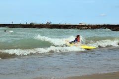 As ondas e os surfistas grandes na estação do ` s de Kincardine encalham fotografia de stock