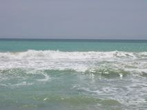 As ondas espumosas da cor branca no mar com cor do azul de turquesa molham Imagem de Stock Royalty Free