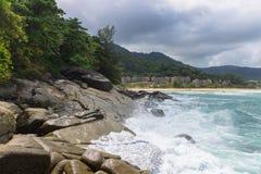 As ondas estão batendo contra rochas de uma costa rochosa Imagens de Stock