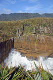 As ondas gigantes deixam de funcionar nas rochas em Punakaiki Nova Zelândia Fotos de Stock Royalty Free