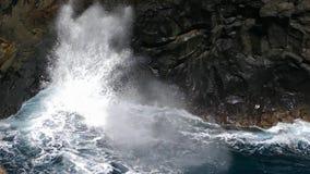 As ondas grandes que deixam de funcionar no penhasco da lava balançam Movimento lento filme