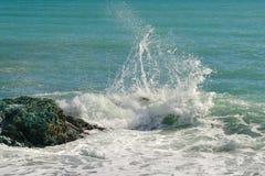 As ondas grandes que quebram na costa com mar espumam Fotografia de Stock Royalty Free