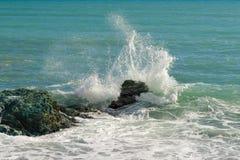 As ondas grandes que quebram na costa com mar espumam Fotos de Stock Royalty Free