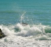 As ondas grandes que quebram na costa com mar espumam Foto de Stock Royalty Free