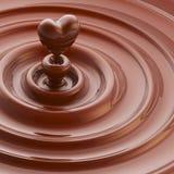 As ondas lustrosas de creme com um coração gostam da gota Fotografia de Stock