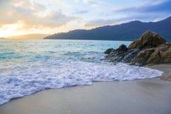As ondas macias batem a costa e balançam-na Fotografia de Stock