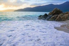 As ondas macias batem a costa e balançam-na Foto de Stock