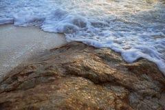 As ondas macias bateram as rochas Fotografia de Stock Royalty Free