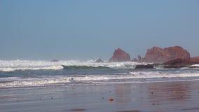 As ondas perfeitas estão quebrando na frente da costa rochosa do deserto de Marrocos - Oceano Atlântico vídeos de arquivo