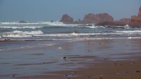 As ondas perfeitas estão quebrando na frente da costa rochosa do deserto de Marrocos - Oceano Atlântico filme