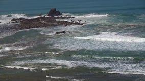 As ondas perfeitas estão quebrando na frente da costa rochosa do deserto de Marrocos - Oceano Atlântico video estoque