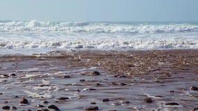 As ondas perfeitas estão quebrando na frente da costa rochosa do deserto de Marrocos - Oceano Atlântico África vídeos de arquivo