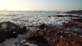 As ondas perfeitas estão quebrando na frente da costa rochosa do deserto de Marrocos - Oceano Atlântico África video estoque