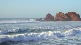 As ondas perfeitas estão quebrando na frente da costa rochosa do deserto de Marrocos - Oceano Atlântico África filme