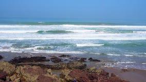 As ondas perfeitas est?o quebrando na frente da costa rochosa do deserto de Marrocos - Oceano Atl?ntico ?frica filme