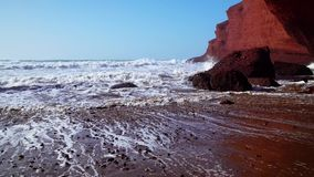As ondas perfeitas est?o quebrando na frente da costa rochosa do deserto de Marrocos - Oceano Atl?ntico ?frica vídeos de arquivo