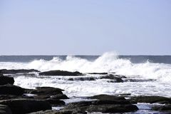 As ondas que deixam de funcionar em associações da rocha como a maré entram, Uvongo, África do Sul imagens de stock royalty free