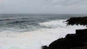 As ondas que deixam de funcionar em Lava Rock Shore Depoe Bay preto Oregon aceleraram filme